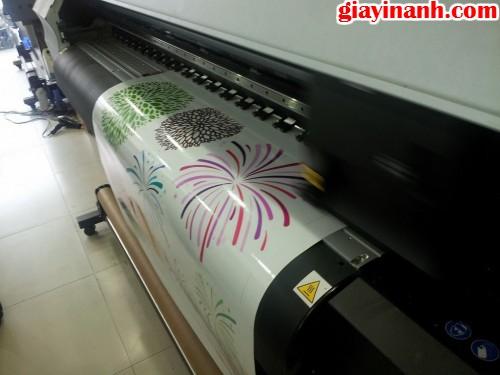Thực hiện in decal trong trực tiếp bằng máy in phun khổ 3m2, sử dụng đầu phun Nhật cho độ mịn cao tại Giấy In Ảnh